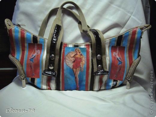 Была у меня старая и скучная сумка, а летом так хочется чего-нибудь яркого. Сделала распечатки Мерлин Монро на пляжную тему, на ткань их приклеивала с помощью клея-лака для текстиля.  Потом акриловыми красками нарисовала яркие полоски, ручки тоже немного покрасила и все снова покрыла 2 слоями этого же лака. И вот такая полосатая сумка у меня получилась. фото 1
