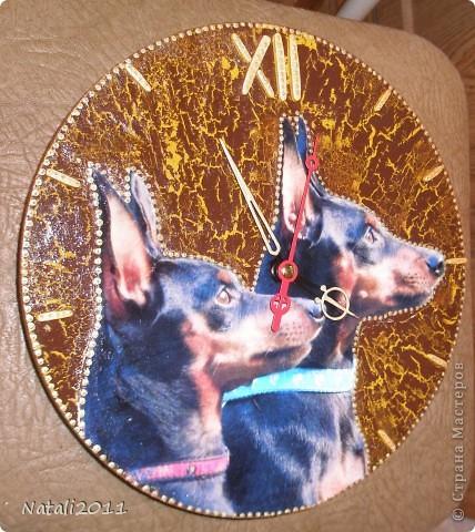 Приветствую Вас Дорогие Мастера и Мастерицы!Хочу показать вам мой заказ на День рождения любительнице маленьких Пинчеров. Это обе собачки ее, и поэтому вазникла идея сделать часы с их фото! А бутылочка  в довесок, полчился комплект! фото 3
