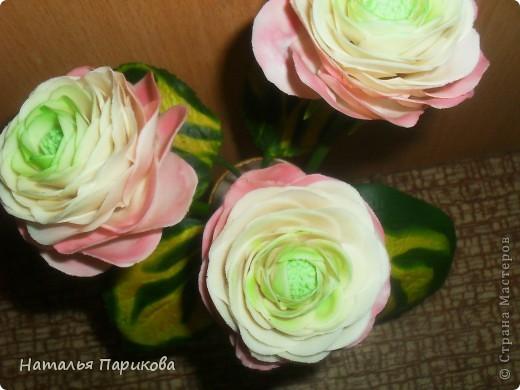 Всем здравствуйте! Слепила небольшую композицию из ранункулюсов и листиков хосты. Цветочки 5-6 см в диаметре. Фотографии конечно же ужасны, но было всего 5 минут на фотосессию. Зеленый цвет в серединке цветка намного светлее, чем получилось на фото. фото 3