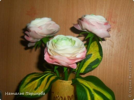 Всем здравствуйте! Слепила небольшую композицию из ранункулюсов и листиков хосты. Цветочки 5-6 см в диаметре. Фотографии конечно же ужасны, но было всего 5 минут на фотосессию. Зеленый цвет в серединке цветка намного светлее, чем получилось на фото. фото 1