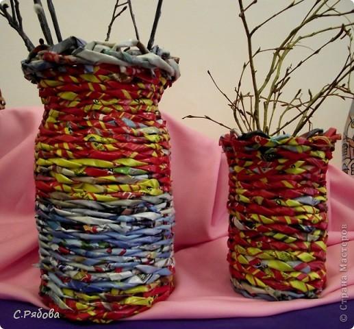 В школьных кабинетах вечно не хватает ваз для цветов, а порой и нет совсем, вот я и подумала, что можно двух зайцев убить- попрактиковаться в плетении и обеспечить цветам  достойное место. фото 1