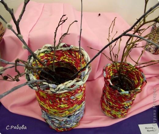 В школьных кабинетах вечно не хватает ваз для цветов, а порой и нет совсем, вот я и подумала, что можно двух зайцев убить- попрактиковаться в плетении и обеспечить цветам  достойное место. фото 2