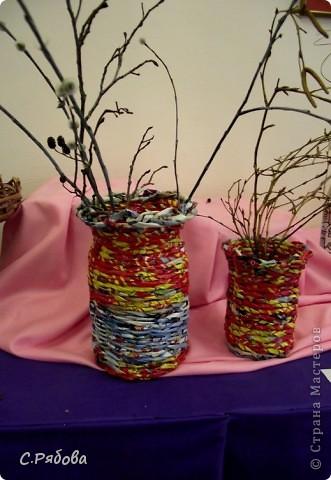 В школьных кабинетах вечно не хватает ваз для цветов, а порой и нет совсем, вот я и подумала, что можно двух зайцев убить- попрактиковаться в плетении и обеспечить цветам  достойное место. фото 3