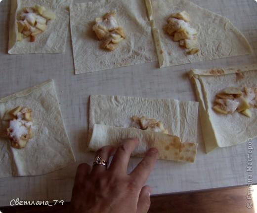 это очень простое и быстрое в исполнении блюдо которым можно себя немножко побаловать. для тех кто постится это идеальный вариант немножко потешить своё чрево)))  ингредиенты: лаваш, яблоко, сахар, раст. масло. фото 7