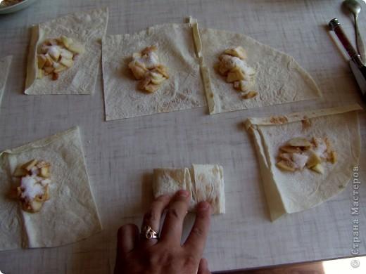 это очень простое и быстрое в исполнении блюдо которым можно себя немножко побаловать. для тех кто постится это идеальный вариант немножко потешить своё чрево)))  ингредиенты: лаваш, яблоко, сахар, раст. масло. фото 8