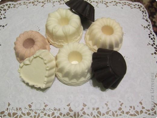 Мое мыло сварено из детского: в виде сердечка -для сухой кожи с добавлением миндального, касторового, облепихового масел, которые увлажняют, восстанавливают, смягчают кожу , розовое мыло -для зрелой кожи - с маслом жожоба и маслом зародышей пшеницы ,в середине 2 кусочка увлажняющего мыла с абрикосовым и персиковым маслами, которые увлажняют кожу и повышают ее эластичность справа- мыло молочно -медовое для любой кожи с касторовым маслом и маслом виноградной косточки  и 2 кофейных скрабика с глицерином(кофе у меня дает неприятный запах а у вас ?) фото 1