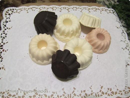 Мое мыло сварено из детского: в виде сердечка -для сухой кожи с добавлением миндального, касторового, облепихового масел, которые увлажняют, восстанавливают, смягчают кожу , розовое мыло -для зрелой кожи - с маслом жожоба и маслом зародышей пшеницы ,в середине 2 кусочка увлажняющего мыла с абрикосовым и персиковым маслами, которые увлажняют кожу и повышают ее эластичность справа- мыло молочно -медовое для любой кожи с касторовым маслом и маслом виноградной косточки  и 2 кофейных скрабика с глицерином(кофе у меня дает неприятный запах а у вас ?) фото 2