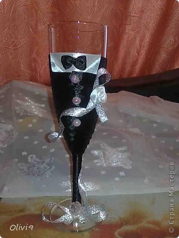 Недавно состоялась свадьба племянника. Очень хотелось подарить что то приятное и памятное. А еще хотелось попробовать свои силы в оформлении бокалов и бутылочек на свадьбу. Ну как говориться подвернулсь случай. фото 1