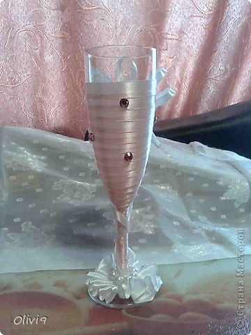 Недавно состоялась свадьба племянника. Очень хотелось подарить что то приятное и памятное. А еще хотелось попробовать свои силы в оформлении бокалов и бутылочек на свадьбу. Ну как говориться подвернулсь случай. фото 3