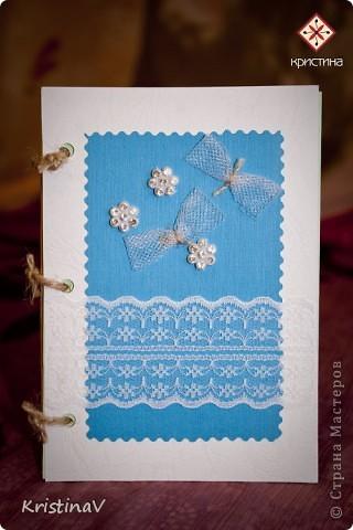 Это открытка для наших друзей. Недавно они отпраздновали свою первую годовщину свадьбы! Бумага для скрапбукинга, атласная ленточка, кружево по низу :) Внутри кусочек ситца! фото 5