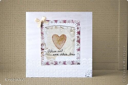 Это открытка для наших друзей. Недавно они отпраздновали свою первую годовщину свадьбы! Бумага для скрапбукинга, атласная ленточка, кружево по низу :) Внутри кусочек ситца! фото 1