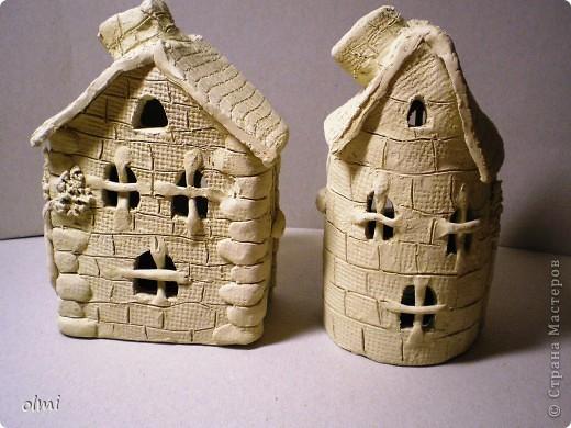 Немножко наладила контакт с людьми, занимающимися настоящей керамикой. Со мной поделились натуральной белой глиной, которую я извела вот на эти поделки. Домики лепились на болванки, обернутые целлофаном или тканью (из пластов), перед тем, как крыть их крышей, болванки удалялись. Фото сделаны до обжига, делались вечером, поэтому освещение - плохое. Поделки успешно обожгли и поставили на полку в лавочке, где продают всякие глиняные изделия. К слову, хозяин лавочки сказал мне: не красьте домики, пусть останутся белыми, а то они потеряют привлекательность :-). Возможно, он прав, помещение, где все это выставлялось, не имеет окон, освещение - искусственное, хорошо смотрятся именно белые вещи.  фото 3