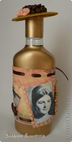 Привет всем, забежавшим в гости! Сделала очередную бутылочку, именную, с фотографией именинницы. Заказ был определенный: кофе, золото, шляпа. фото 1