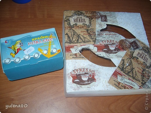 """Для создания шкатулки (пока не знаю для чего) я взяла коробку от """"Рафаэлло"""", промытую и просушенную яичную скорлупу, клей ПВА, салфетки и белую акриловую краску.  Перед началом работы крышку загрунтовала белой акриловой краской. Потом в два слоя нанесла клей ПВА, для лучшего сцепления крышки и яичной скорлупы. На фото уже обклееная яичной скорлупой крышка коробки. фото 4"""