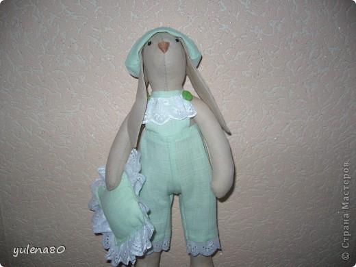 """Долго морально настраивалась на шитье кролика. Почему-то казалось, что это сложно. Но, как говорится, глаза боятся, а руки делают. Вот такого """"малыша"""" сшила за несколько часов для декора своей спальни. Строго прошу не судить, в шитье я еще новичок. фото 1"""