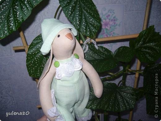 """Долго морально настраивалась на шитье кролика. Почему-то казалось, что это сложно. Но, как говорится, глаза боятся, а руки делают. Вот такого """"малыша"""" сшила за несколько часов для декора своей спальни. Строго прошу не судить, в шитье я еще новичок. фото 3"""