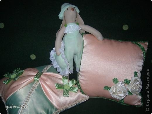 """Долго морально настраивалась на шитье кролика. Почему-то казалось, что это сложно. Но, как говорится, глаза боятся, а руки делают. Вот такого """"малыша"""" сшила за несколько часов для декора своей спальни. Строго прошу не судить, в шитье я еще новичок. фото 4"""