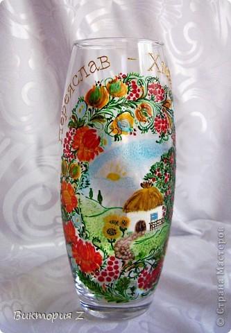Вот такую вазу я сделала в стиле петриковской росписи витражными красками. Рисунок взят с интернета. Это был, своего рода, эксперимент, так как роспись была сделана сначала красками, а уже потом некоторые елементы контуром.  фото 1