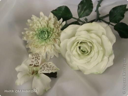 Всем привет!!! Заказали мне розочку и альстромерию в зеленых тонах,  осталась окрашеная  глина, решила слепить  еще и хризантему для студии. фото 1