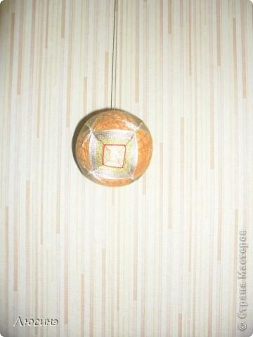 Темари - это необычное слово широко известно во всем мире любителям рукоделия. Так называются традиционные японские вышитые шары, которые когда-то служили детской игрушкой, а теперь стали формой прикладного искусства, которое имеет множество поклонников не только в Японии, но и во всем мире. Вот по этой ссылочке нашла МК, очень понятные http://www.temari.ru/workshop/lessons.php  Интерес к темари неудивителен. Изящные вышитые миниатюры приводят в детский восторг любого, кто их видит. На многих людей темари действуют гипнотически - взгляд вновь и вновь возвращается к их калейдоскопическим узорам, пытаясь проследить путь нити и уловить симметрию рисунка. Поняв закономерности построения орнаментов, трудно удержаться от желания собственноручно создать хоть один маленький шедевр.  фото 3