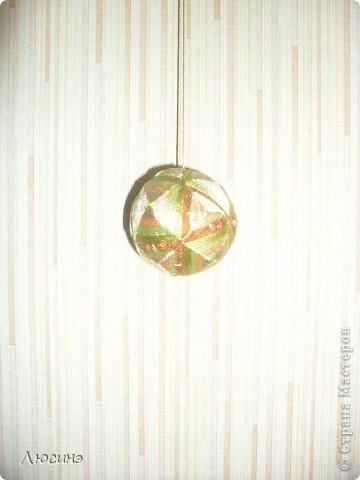 Темари - это необычное слово широко известно во всем мире любителям рукоделия. Так называются традиционные японские вышитые шары, которые когда-то служили детской игрушкой, а теперь стали формой прикладного искусства, которое имеет множество поклонников не только в Японии, но и во всем мире. Вот по этой ссылочке нашла МК, очень понятные http://www.temari.ru/workshop/lessons.php  Интерес к темари неудивителен. Изящные вышитые миниатюры приводят в детский восторг любого, кто их видит. На многих людей темари действуют гипнотически - взгляд вновь и вновь возвращается к их калейдоскопическим узорам, пытаясь проследить путь нити и уловить симметрию рисунка. Поняв закономерности построения орнаментов, трудно удержаться от желания собственноручно создать хоть один маленький шедевр.  фото 7