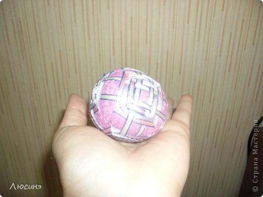 Темари - это необычное слово широко известно во всем мире любителям рукоделия. Так называются традиционные японские вышитые шары, которые когда-то служили детской игрушкой, а теперь стали формой прикладного искусства, которое имеет множество поклонников не только в Японии, но и во всем мире. Вот по этой ссылочке нашла МК, очень понятные http://www.temari.ru/workshop/lessons.php  Интерес к темари неудивителен. Изящные вышитые миниатюры приводят в детский восторг любого, кто их видит. На многих людей темари действуют гипнотически - взгляд вновь и вновь возвращается к их калейдоскопическим узорам, пытаясь проследить путь нити и уловить симметрию рисунка. Поняв закономерности построения орнаментов, трудно удержаться от желания собственноручно создать хоть один маленький шедевр.  фото 8