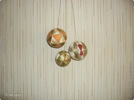 Темари - это необычное слово широко известно во всем мире любителям рукоделия. Так называются традиционные японские вышитые шары, которые когда-то служили детской игрушкой, а теперь стали формой прикладного искусства, которое имеет множество поклонников не только в Японии, но и во всем мире. Вот по этой ссылочке нашла МК, очень понятные http://www.temari.ru/workshop/lessons.php  Интерес к темари неудивителен. Изящные вышитые миниатюры приводят в детский восторг любого, кто их видит. На многих людей темари действуют гипнотически - взгляд вновь и вновь возвращается к их калейдоскопическим узорам, пытаясь проследить путь нити и уловить симметрию рисунка. Поняв закономерности построения орнаментов, трудно удержаться от желания собственноручно создать хоть один маленький шедевр.  фото 1
