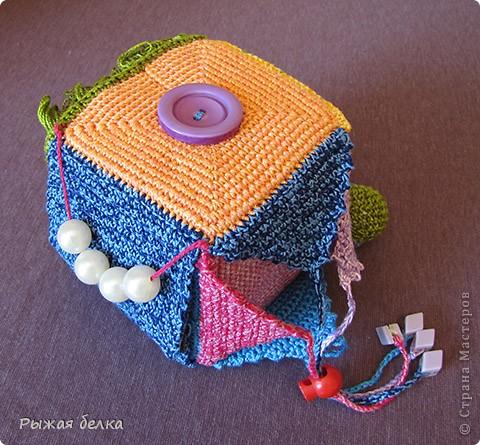 Посмотрела много развивающих игрушек для детей. Все интересны и все хочу. А тут мне как раз журнал попался по вязанию. И в нем тоже много развивающих игрушек. Очень понравился именно логический кубик. Связала (правда мы до него еще не доросли, но обязательно дорастем). Вот что получилось. Решила поделиться. Может кому пригодится. Логический кубик состоит из 6 разноцветных граней: оранжевый, желтый, синий, зеленый, красный, розовый - с различными элементами для игры. фото 1