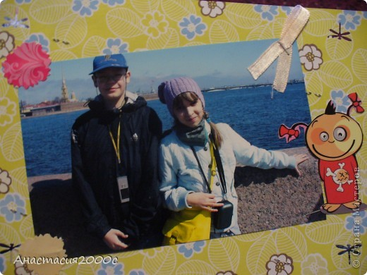 """первая страница альбома """"Поездка в Санкт-Петербург"""", в поезде , на странице представлены фотография украшенная сердечками из картона ,бантик из ленты, и билетик в поезде. фото 3"""