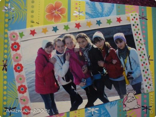 """первая страница альбома """"Поездка в Санкт-Петербург"""", в поезде , на странице представлены фотография украшенная сердечками из картона ,бантик из ленты, и билетик в поезде. фото 4"""