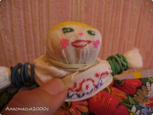 кукла без нитки и иголки, нам понадобится - 3 кусочка ткани 30 на 30 разных цветов хб, 2 кусочка ткани 30 на 30 белого цвета хб,фломастеры , концелярские резинки 10,8 штук , циркуль и отличное воображение! фото 4