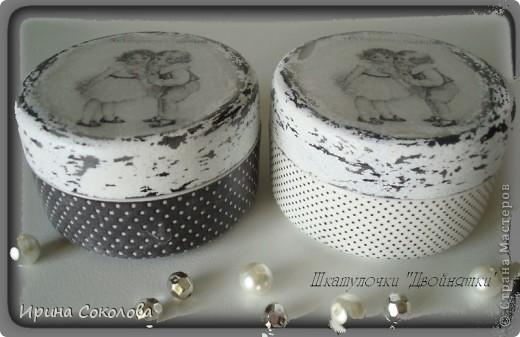 В работе использовались пластиковые баночки из под крема, распечатки на третьем слое салфетки, акриловые краски, свеча (для создания потертостей) и матовый акриловый лак. фото 2
