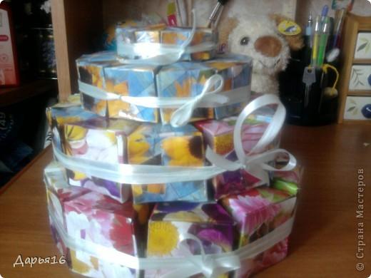 Это моя первая работа! Торт - это подарок на день рождения! Взяла трафарет, подарочную бумагу и склеила все вместе! Трафарет с каждым ярусом уменьшала.   фото 1