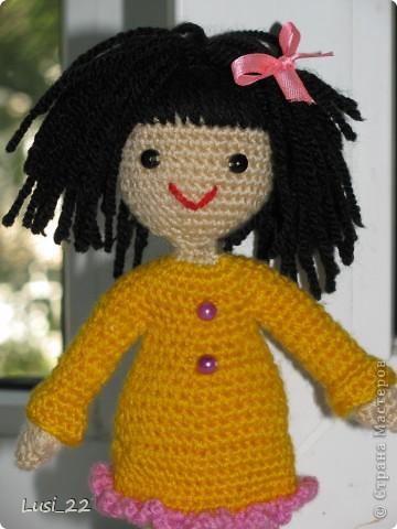 Связалась такая девочка. За основу взяла описание снегурочки http://www.liveinternet.ru/users/tenderrainy/post184437155/. По описанию связала голову, дальше вязала по своему видению образа куколки. Мия ростом 20 см.  фото 4