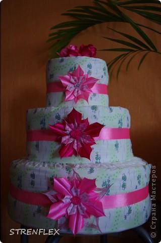 Доброго дня всем жителям Страны Мастеров! Вот и нашла время выставить свой очередной тортик из памперсов. Тортик делала на заказ. Мне хотелось одного, но заказчица попросила только в розовом цвете и желательно с розочками. фото 2