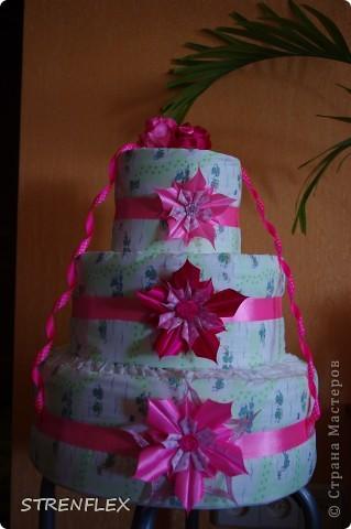 Доброго дня всем жителям Страны Мастеров! Вот и нашла время выставить свой очередной тортик из памперсов. Тортик делала на заказ. Мне хотелось одного, но заказчица попросила только в розовом цвете и желательно с розочками. фото 3