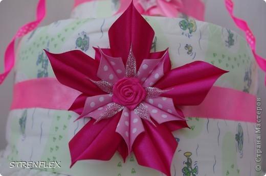 Доброго дня всем жителям Страны Мастеров! Вот и нашла время выставить свой очередной тортик из памперсов. Тортик делала на заказ. Мне хотелось одного, но заказчица попросила только в розовом цвете и желательно с розочками. фото 8