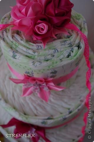 Доброго дня всем жителям Страны Мастеров! Вот и нашла время выставить свой очередной тортик из памперсов. Тортик делала на заказ. Мне хотелось одного, но заказчица попросила только в розовом цвете и желательно с розочками. фото 5