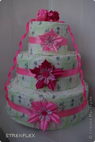 Доброго дня всем жителям Страны Мастеров! Вот и нашла время выставить свой очередной тортик из памперсов. Тортик делала на заказ. Мне хотелось одного, но заказчица попросила только в розовом цвете и желательно с розочками. фото 4
