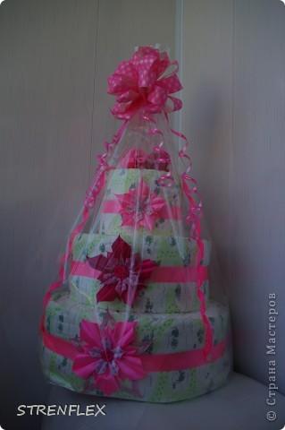 Доброго дня всем жителям Страны Мастеров! Вот и нашла время выставить свой очередной тортик из памперсов. Тортик делала на заказ. Мне хотелось одного, но заказчица попросила только в розовом цвете и желательно с розочками. фото 11