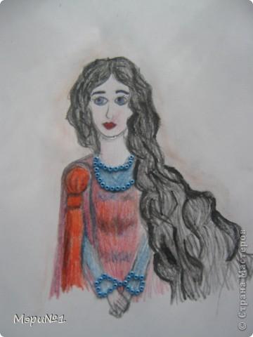 ЛЕДИ НИМУЭ Мила, изящна, очаровательна. Побывав ученицей настоящей феи, она полюбила роскошь её волшебного двора, комфорт и красивые вещи. У леди Нимуэ хорошо развито умение предчувствовать, и её прозорливость порой поражает окружающих. В жизни этой дамы случаемся много приключений, в том числе и любовных, а сердечные привязанности разнообразны как рыбки во владениях Леди Озера. Леди Нимуэ может быть томной мечтательной, мягкой. В нарядах проявляется её индивидуальность. Леди Нимуэ не любит вступать в сражения за внимание рыцаря. Ей приятнее, когда мужчина избирает её и явно выказывает свои предпочтения. Она не станет бороться за охладевшее сердце, а откроет путь к отступлению тому, кто не мог её оценить. Начинать отношения и заканчивать отношения для неё не просто, но если сердечная привязанность взаимна, Леди Нимуэ пустит в ход все свои чары (даже больше), чтобы удержать возлюбленного.  Её рыцари: сэр Персиваль, сэр Ивейн, сэр Герайнт, король Артур и лучшее всего её понимает Мерлин. Не её рыцари: сэр Тристан и сэр Гарет Белорукий. фото 1