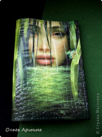 """Кожаная обложка на паспорт """"Манящая в омут"""", декорированная в технике декупаж, подрисовка акриловыми красками, покрыта стекловидным лаком.  фото 3"""