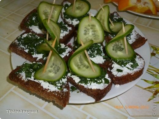 Недавно у сынульки был день рождения и мы с ним делали вот такие бутерброды...делать их очень просто: обжаривается черный хлеб, натираете его чесноком, намазываете брынзой, сверху зелень...ну а паруса сынулька делал сам....огуречик накалывал на зубочистку и ставил на бутерброд...вот что у нас получилось...
