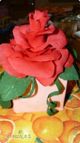 а это упаковка духов, хотелось сделать что-нибудь этакое, в бутончике спрятана маленькая конфетка, конфетка вынимается так, чтобы не повредить цветок фото 1