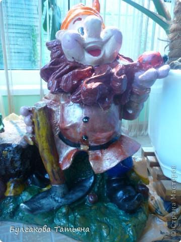 Сегодня у жены моего брата ДР, и мы с племянницей решили сделать ей сюрприз- отреставрировать садовую фигурку. Вот в таком виде она попала ко мне... Там где видно белую шпаклевку были дырки, краска слезла практически полностью, во многих местах гипс был похож на губку, такой же пористый. фото 10