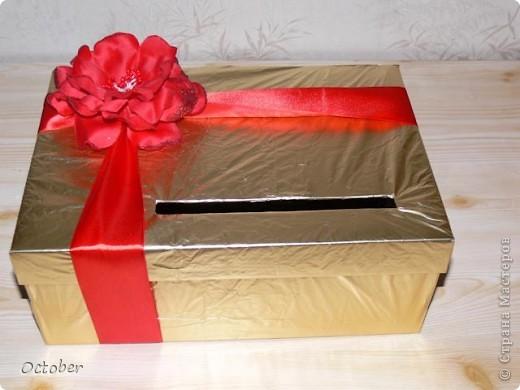 Коробочка для денег из подручных средств.  Основа - коробка из под обуви (крышечка открывается, если снять бант), атласная лента, цветочек и упаковочная бумага. фото 2