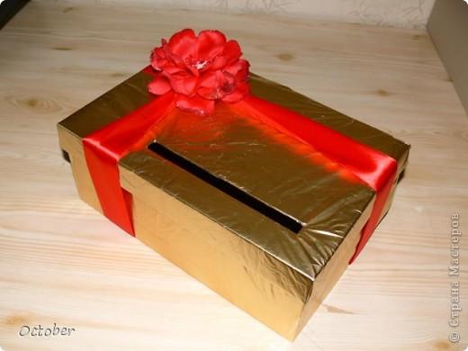 Коробочка для денег из подручных средств.  Основа - коробка из под обуви (крышечка открывается, если снять бант), атласная лента, цветочек и упаковочная бумага. фото 1