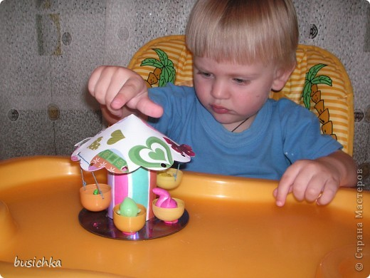 Открытка для любимой бабушки. Решила показать Кирюхе (1 год 9 мес), что можно рисовать не только на бумаге, но и на чем нибудь объемном. Выбор пал на скорлупу грецкого орех. Ну а божьи коровки из нее - это вообще классика (в том смысле, что я таких коровок в 1 классе еще делала). Красили обычной гуашью. Я предварительно (пока малый не видел) одну сделала для образца, а потом уже мы с ним красили остальные. Кирюха очень увлекся этим процессом  и сам довольно хорошо без пропусков закрасил двух букашек. Точки ставили ватной палочкой. Пришлось помогать -  все норовил или в одном месте наставить кучу точек, или вообще палочкой все развазюкать. Пока наши коровки сохли - делали полянку. Куда клеить цветы и листки я подсказывала. Серединки из скомканной салфетки. Я отрывала кусочки и давала Кирюхе, а он уже их комкал и приклеивал. Делал это впервые, но получилось почти сразу. Ну а бабушка после получения подарка проявила инициативу и покрыла наших божьих коровок лаком (прозрачным маникюрным). фото 6