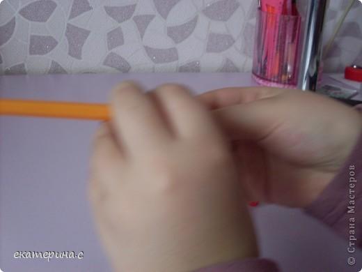 приготовьте  ручку деревянную палочку для сосисок и кусочек бумаги фото 5