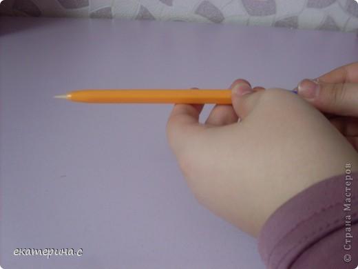 приготовьте  ручку деревянную палочку для сосисок и кусочек бумаги фото 6